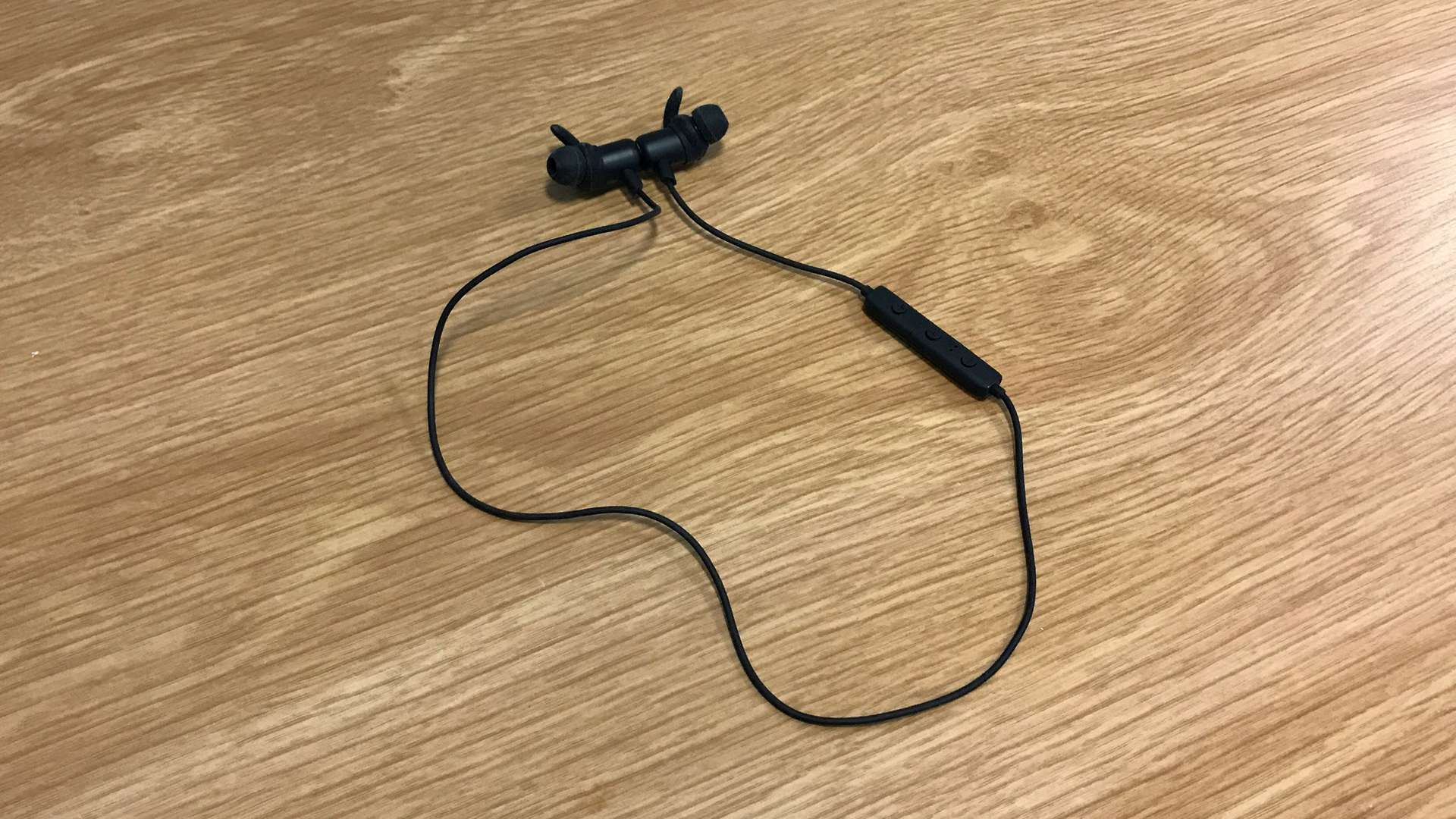 Cuffie Anker con connettori magnetici uniti