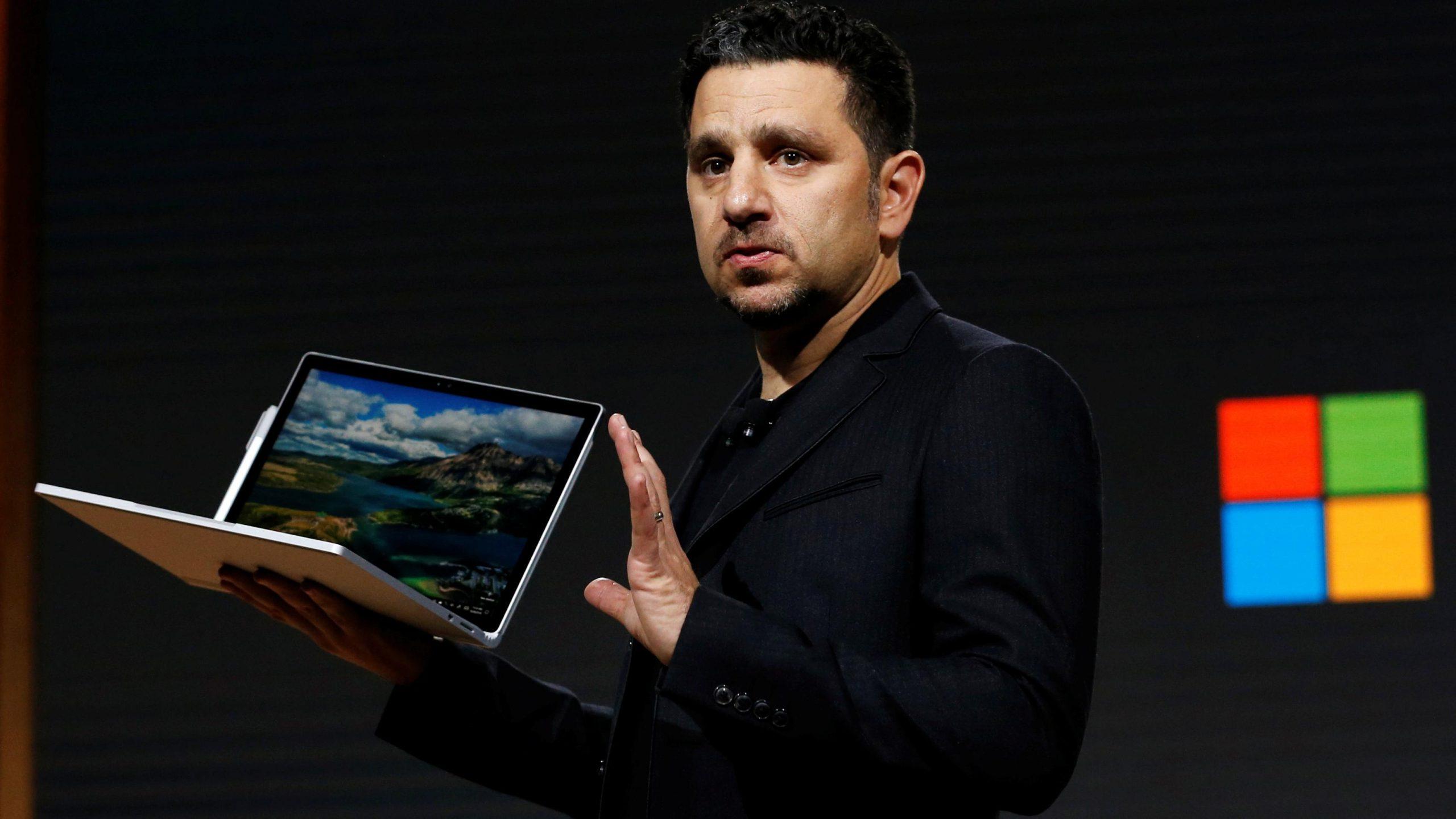 Panos Panay con Microsoft Surface